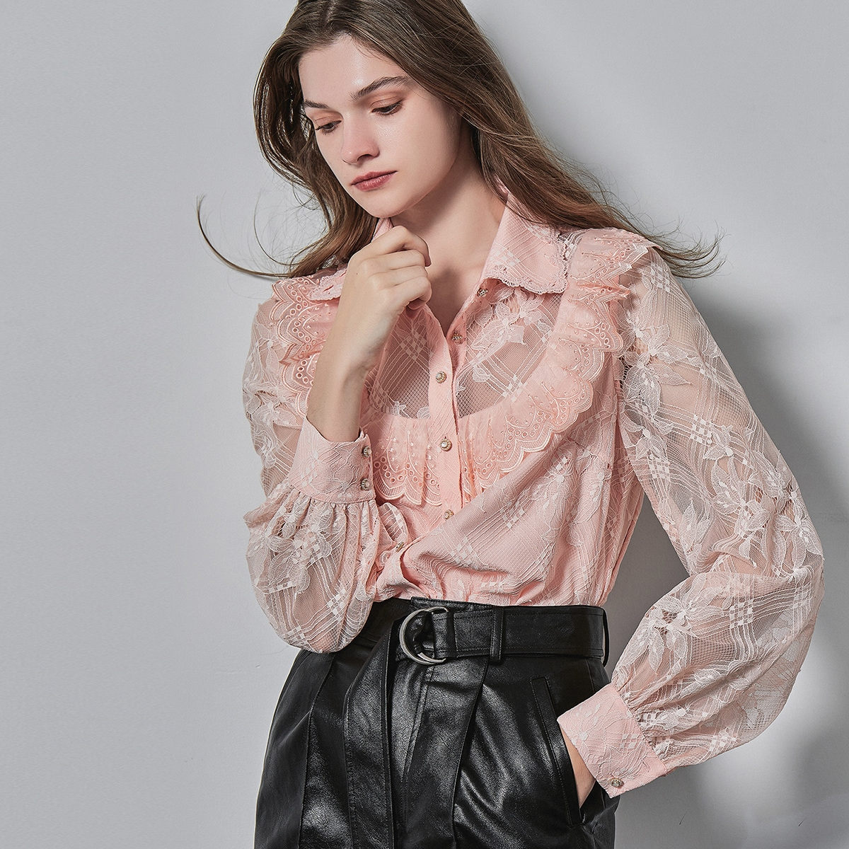 Кружевная блузка с оборкой