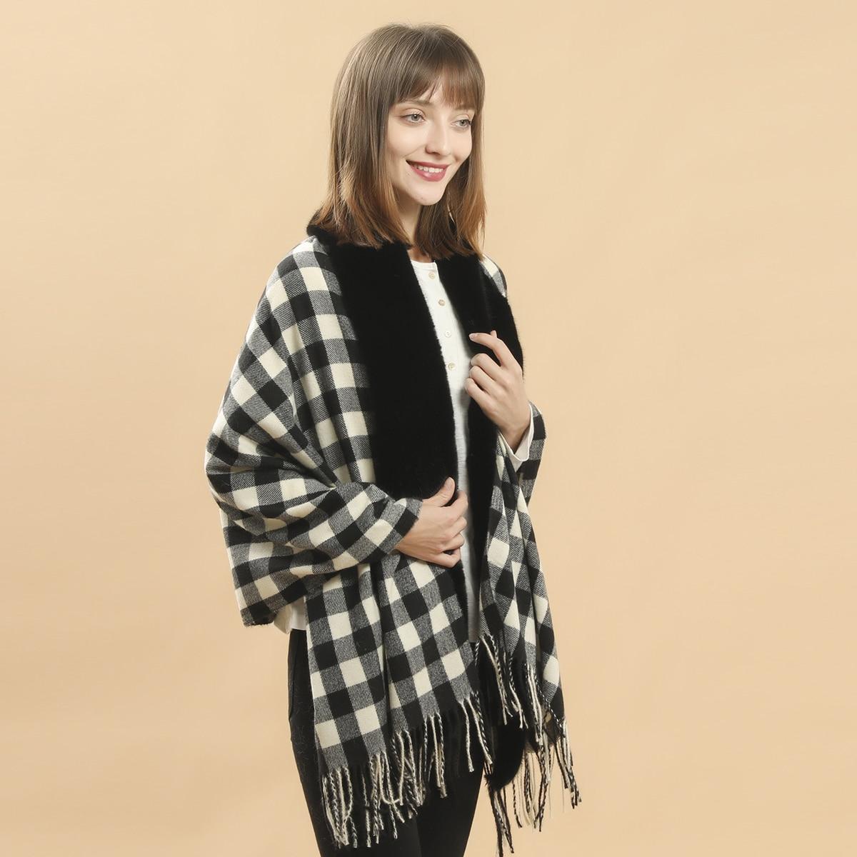 Клетчатый платок-шаль с бахромой