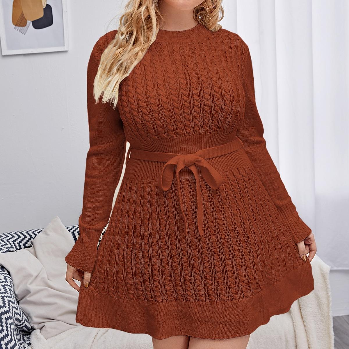 Трикотажное платье с поясом размера плюс