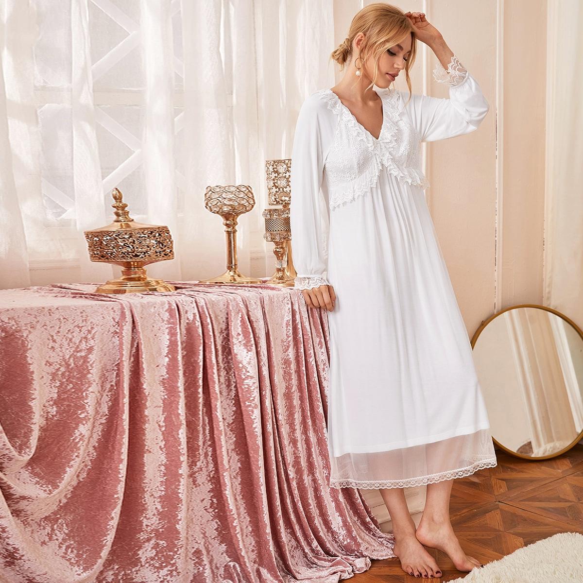 Ночное платье с v-образным вырезом и кружевными вставками