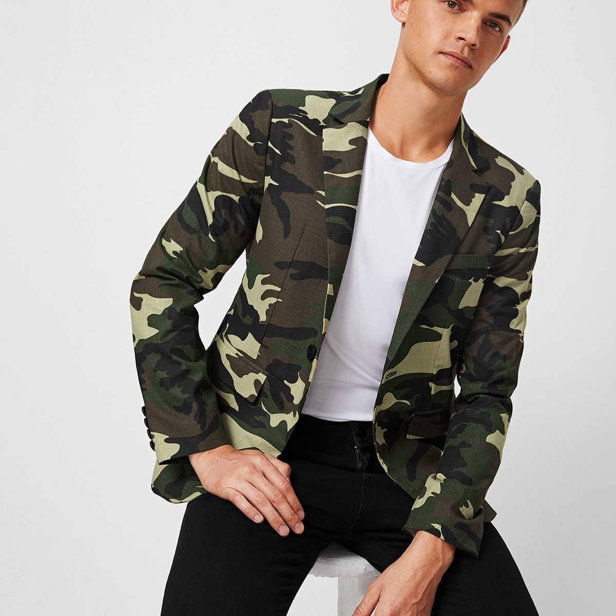 Мужской пиджак с камуфляжным принтом