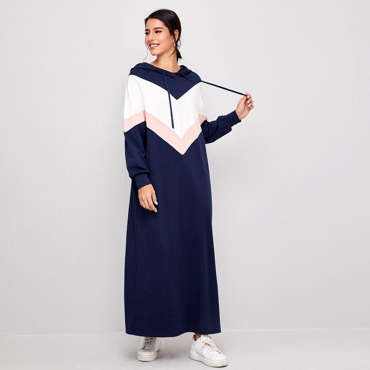 Платье макси с капюшоном и оригинальным рукавом