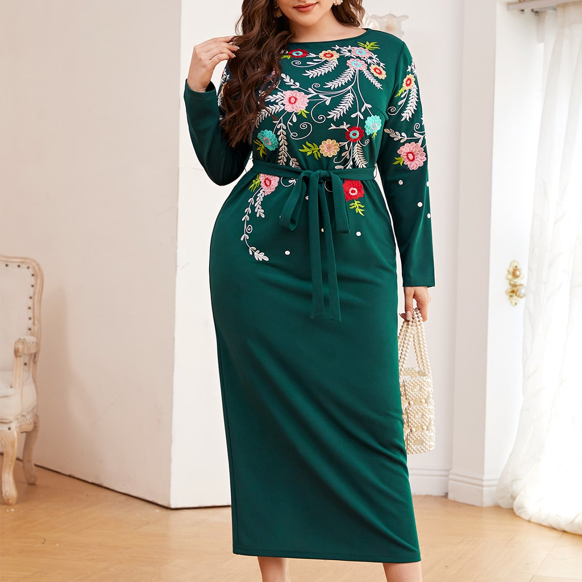 Платье размера плюс с поясом и цветочной вышивкой