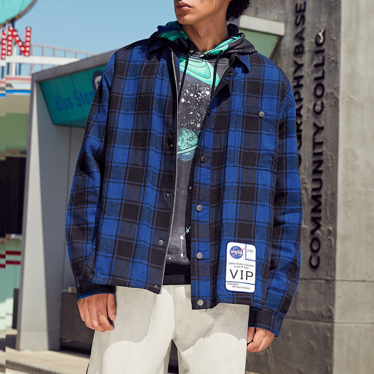 Мужская рубашка в клетку на пуговицах с текстовым принтом