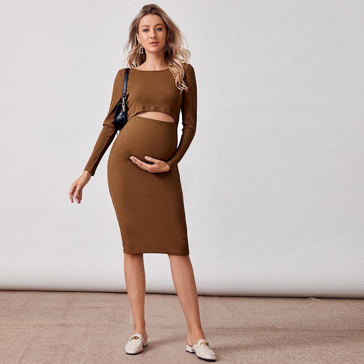 Вязаное платье в рубчик с разрезом для беременных