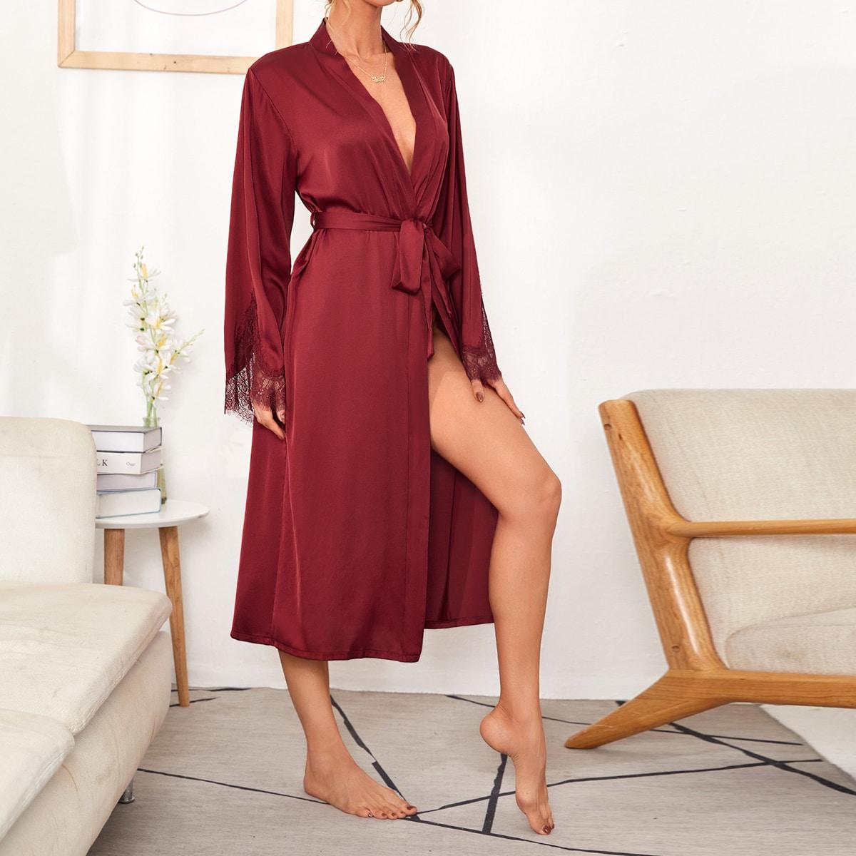 Атласный ночной халат с поясом и кружевной отделкой