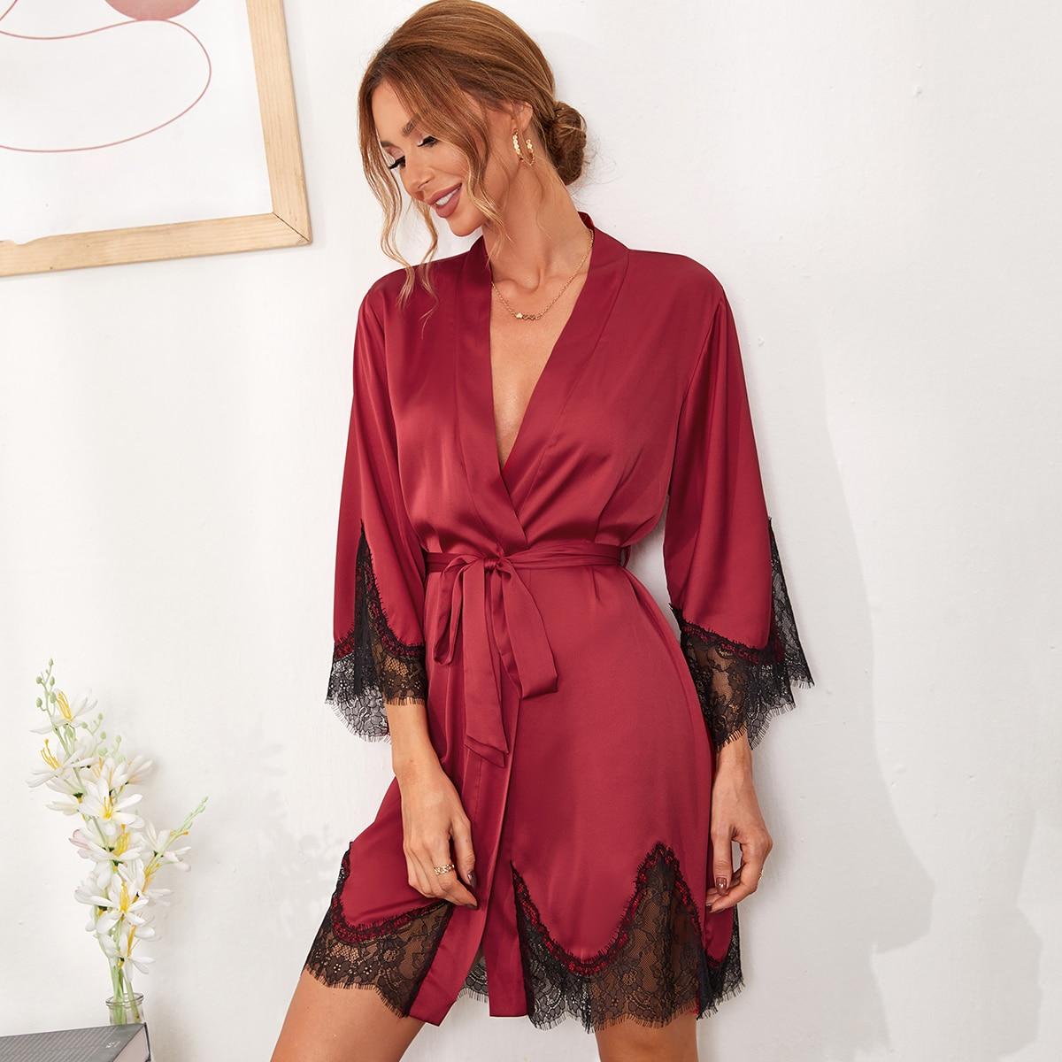 Атласнынй ночной халат с поясом и кружевной отделкой