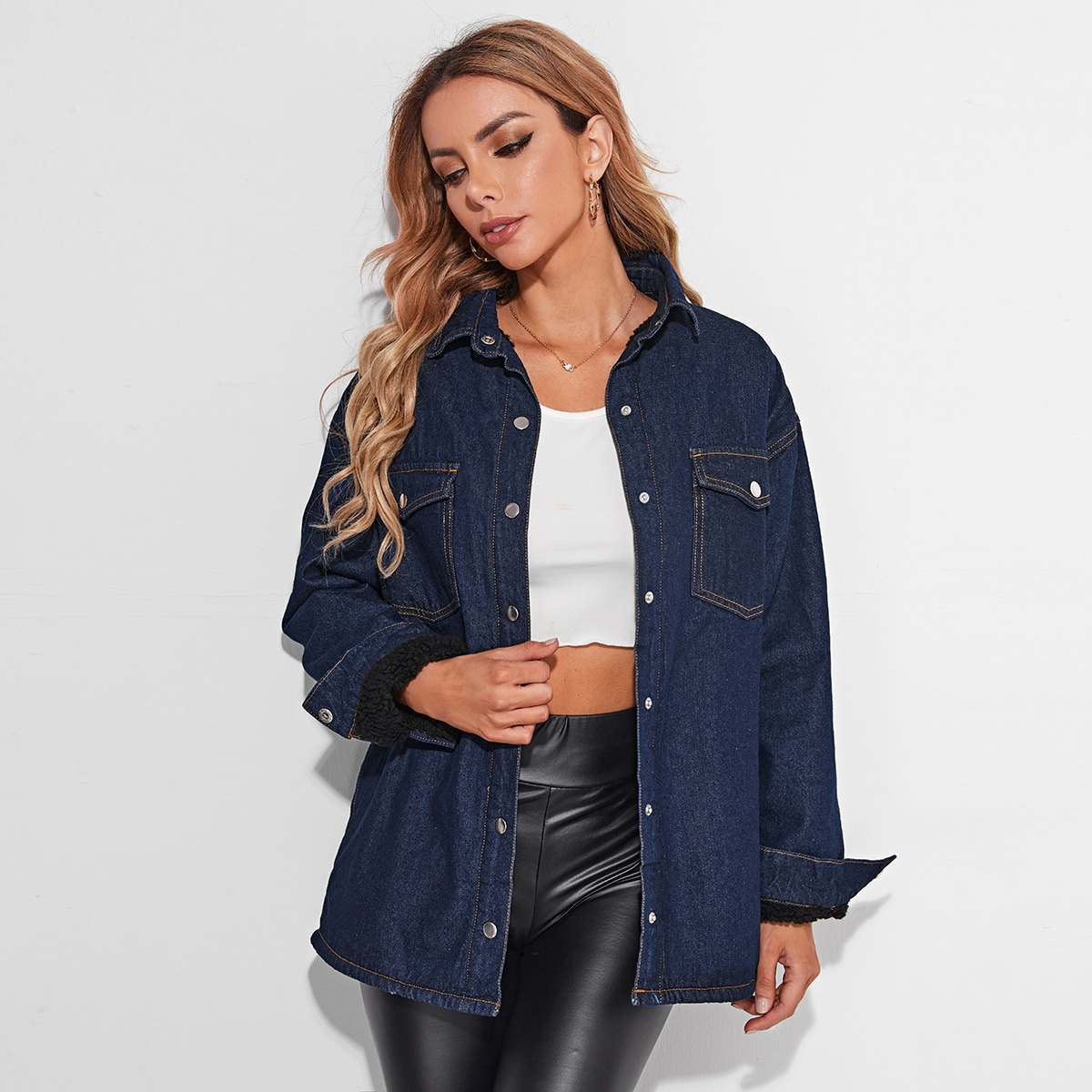 Джинсовое пальто с карманом и плюшевой подкладкой