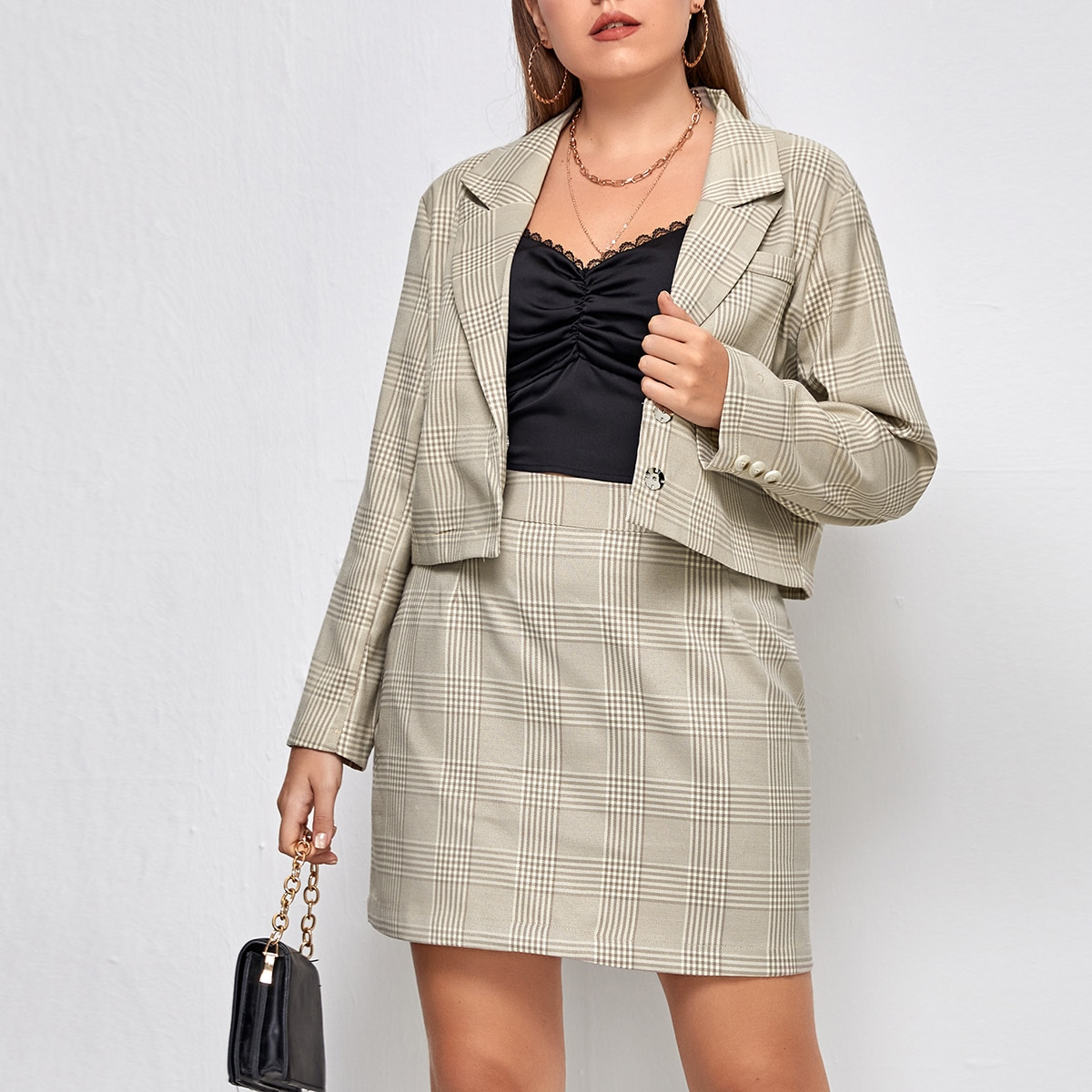 Пиджак с лацканами и юбка в клетку размера плюс