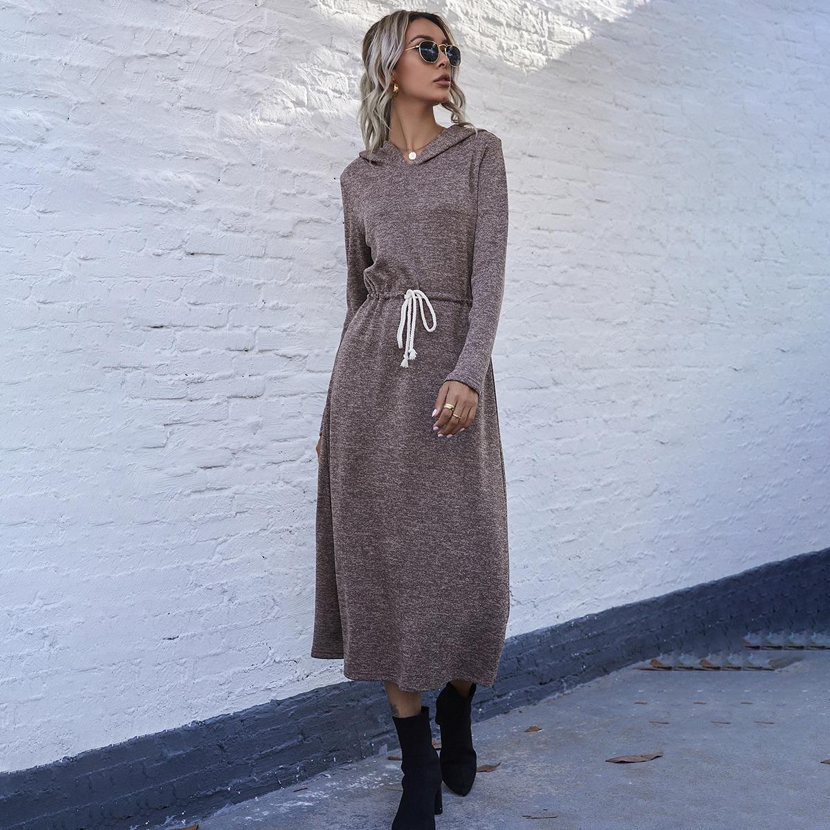 Вязаное платье с капюшоном на кулиске