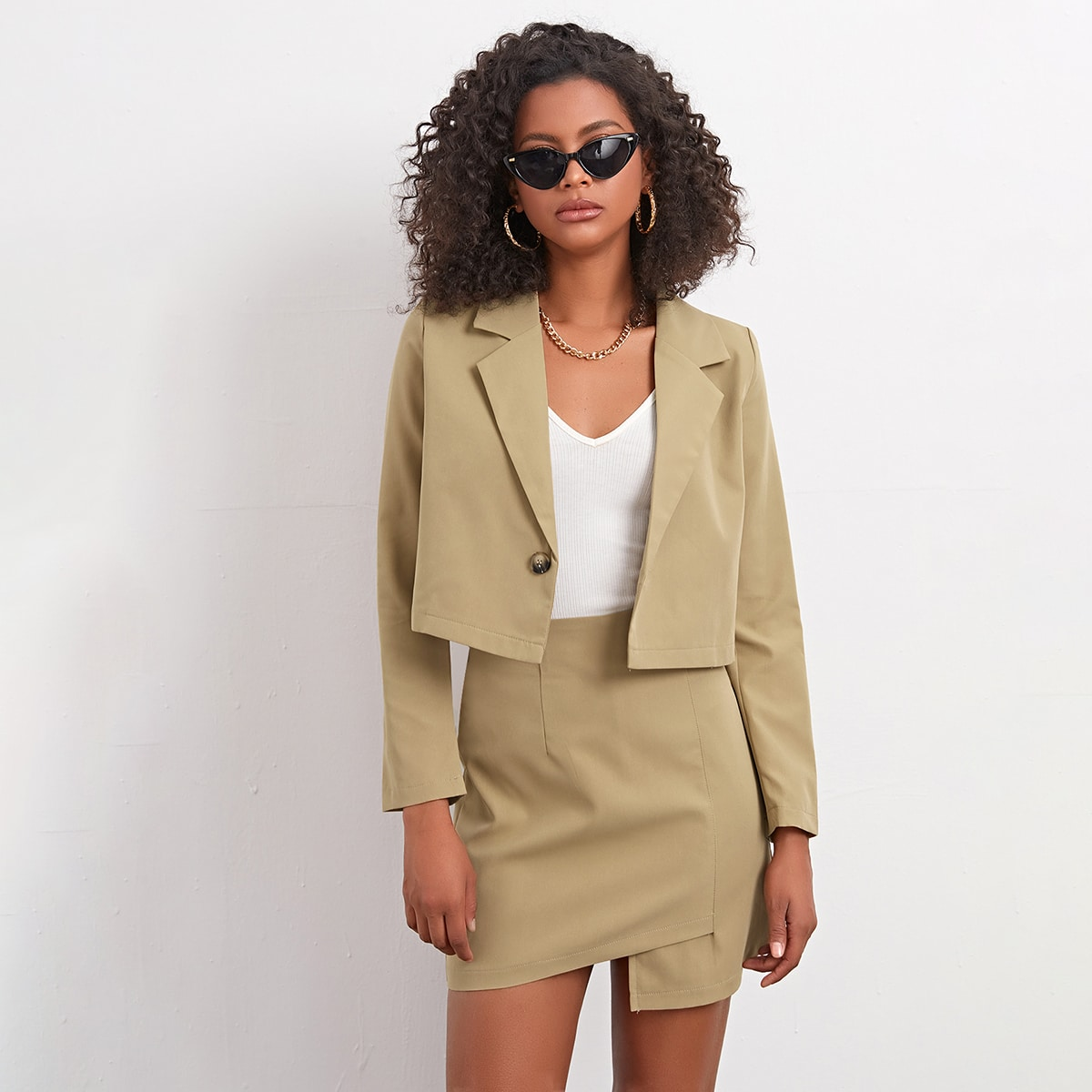 Пиджак с пуговицей и асимметричная юбка