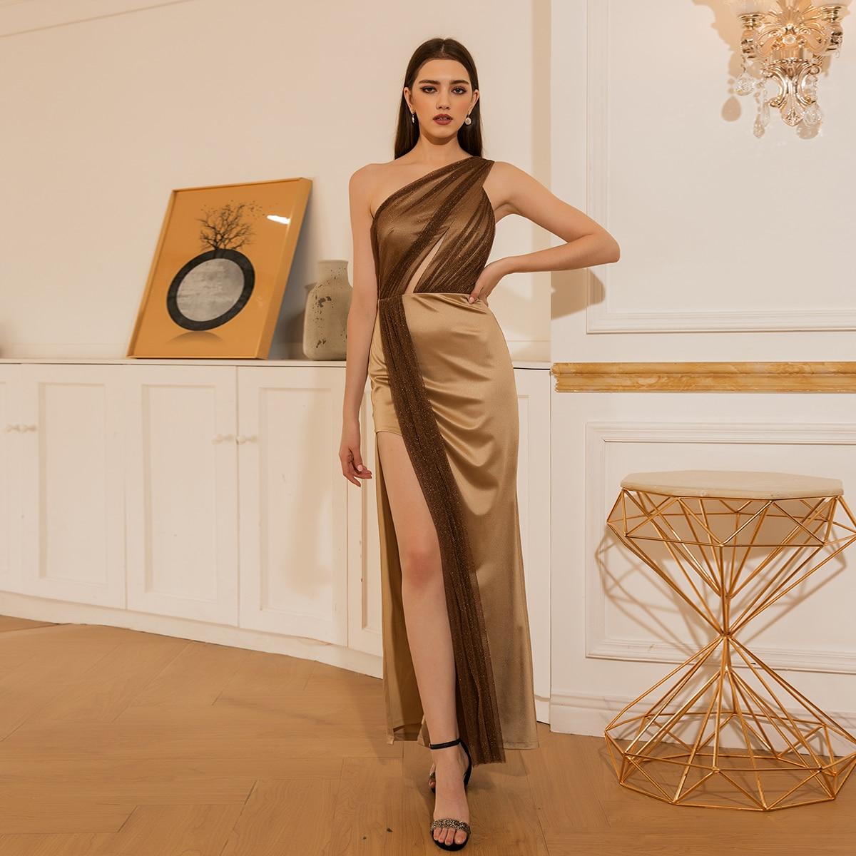 Контрастное сетчатое атласное платье с разрезом на одно плечо