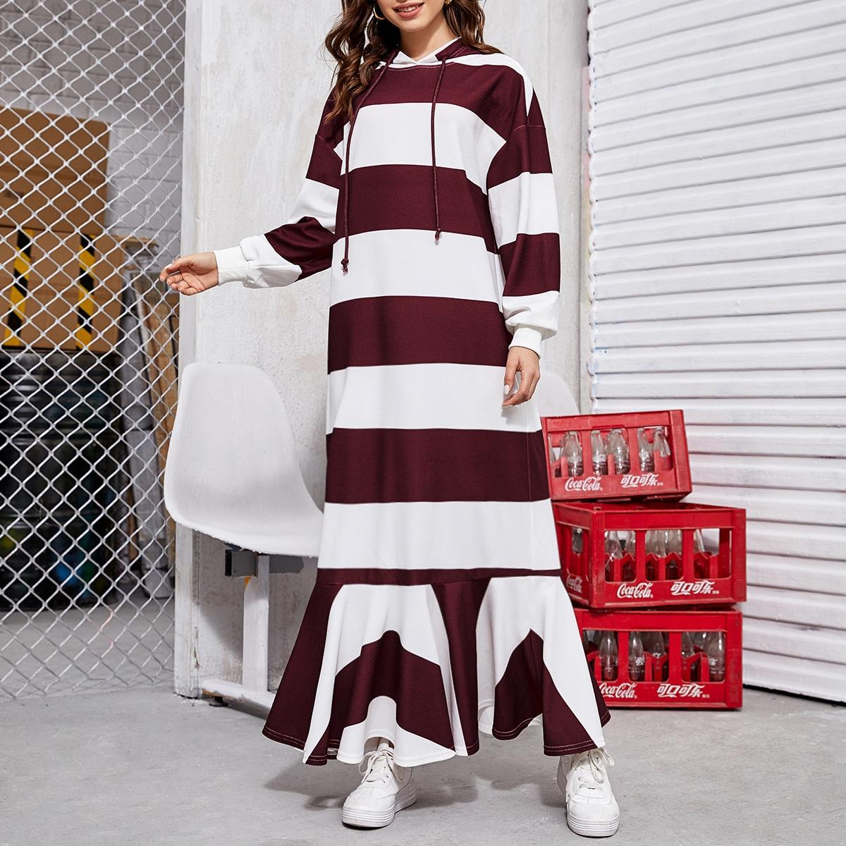 Платье с капюшоном и оборкой