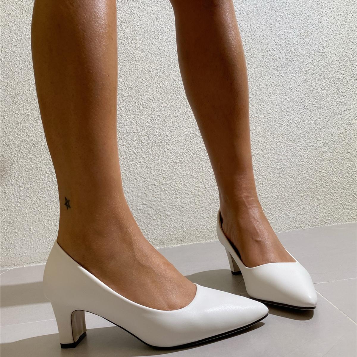 Остроконечные туфли на среднем каблуке