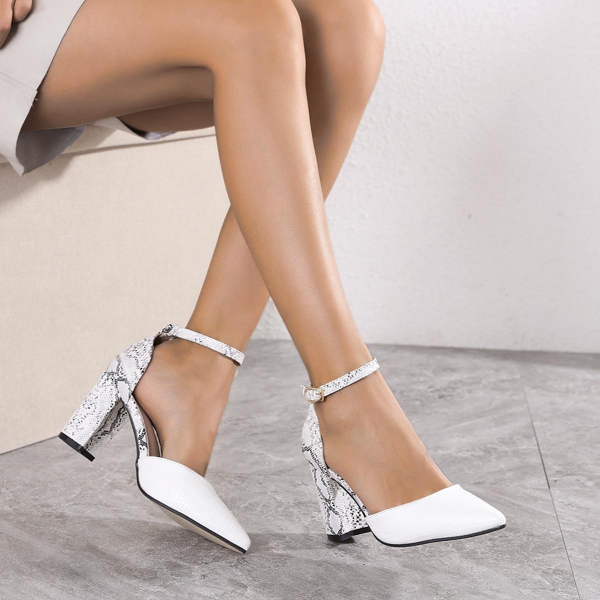 Остроконечные туфли со змеиным принтом