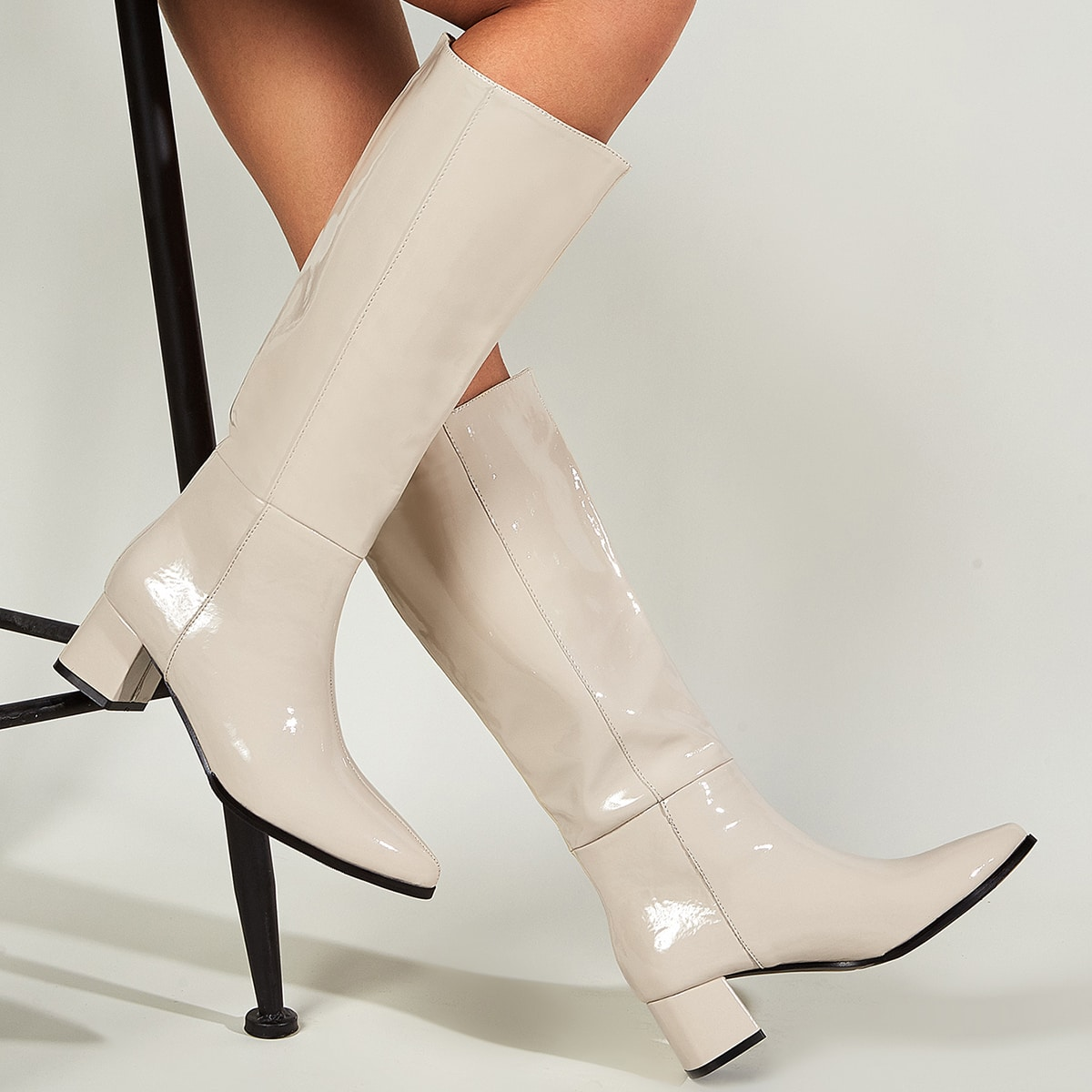 Остроконечные сапоги на массивном каблуке из лакированной кожи