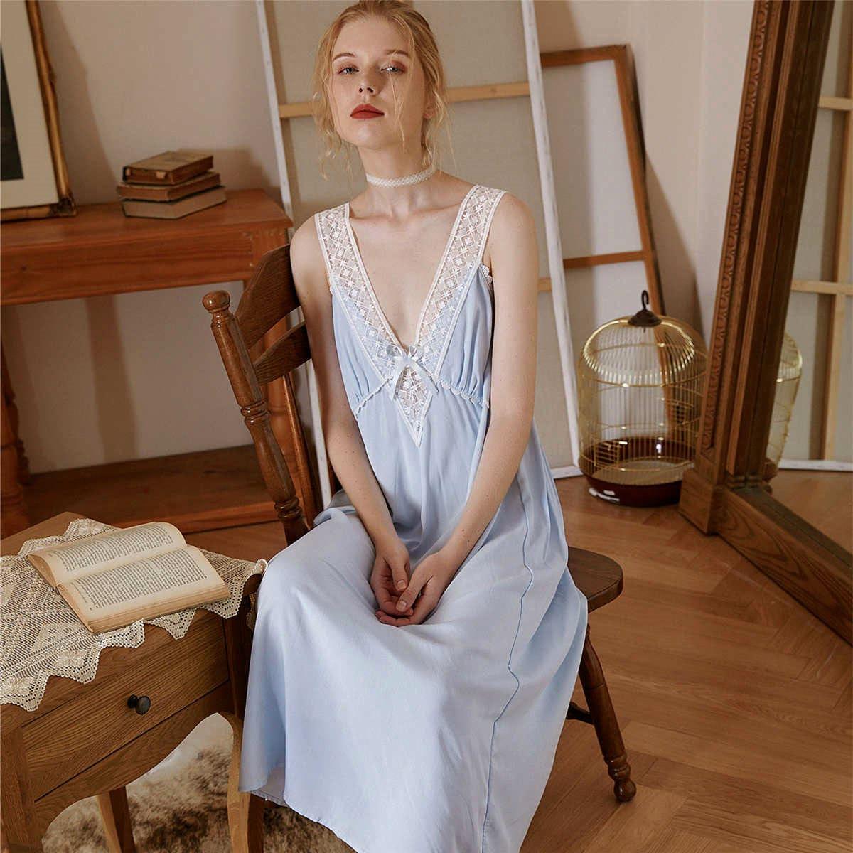 Контрастное кружевное ночное платье с глубоким вырезом