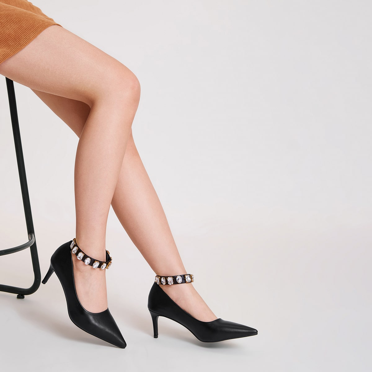 Остроконечные туфли на шпильках со стразами
