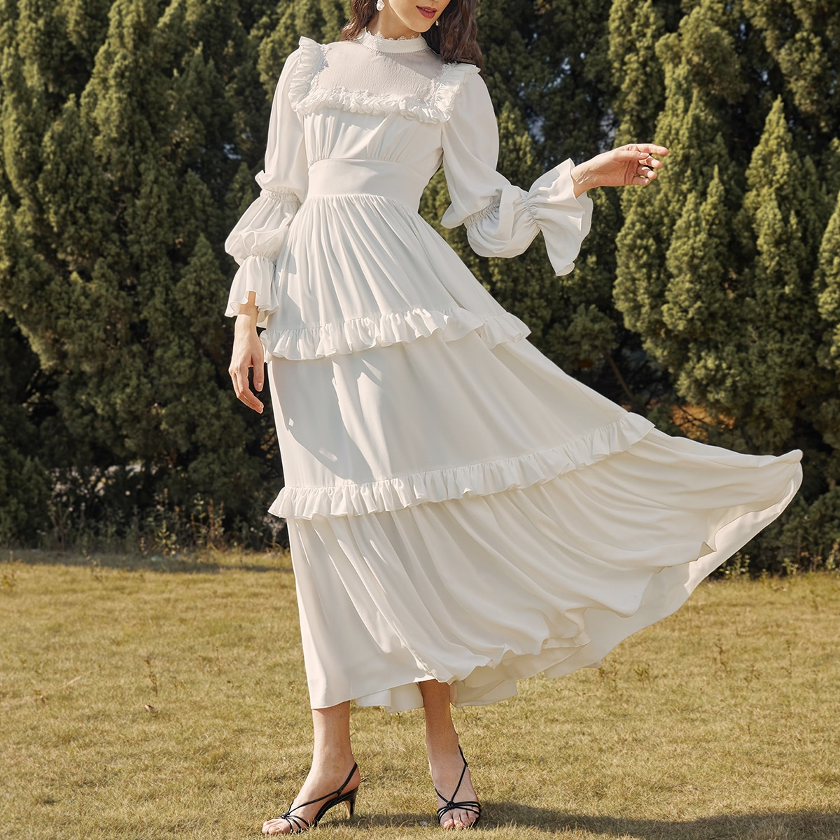 Платье с оборкой и воротником-стойкой