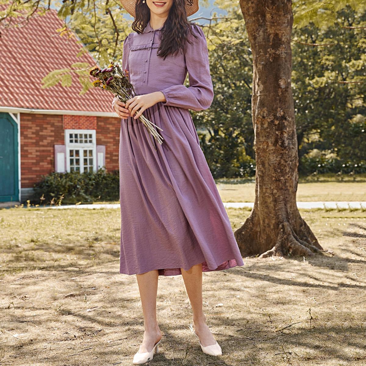 Однотонное расклешенное платье с пышным рукавом