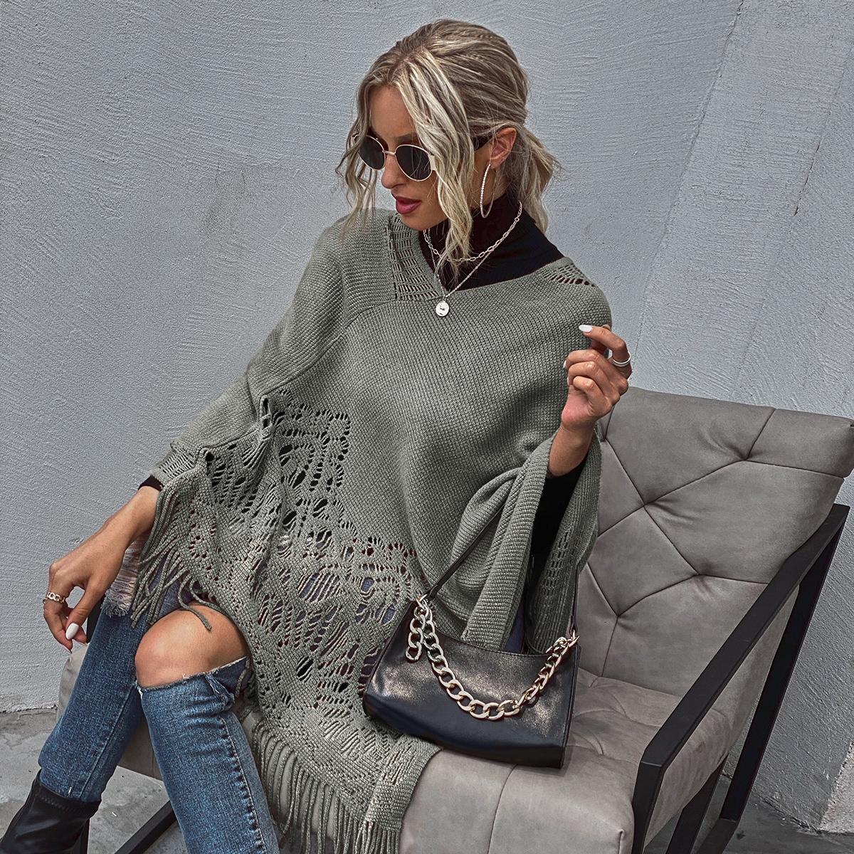 Вязаный свитер-пончо с бахромой
