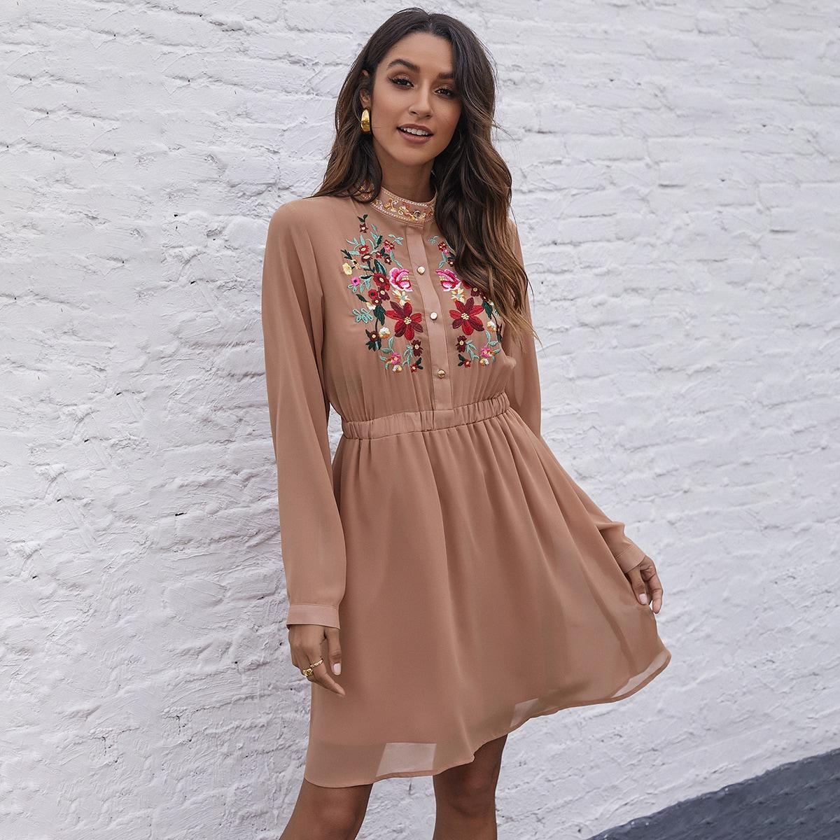 Платье с цветочной вышивкой и клиновидным вырезом