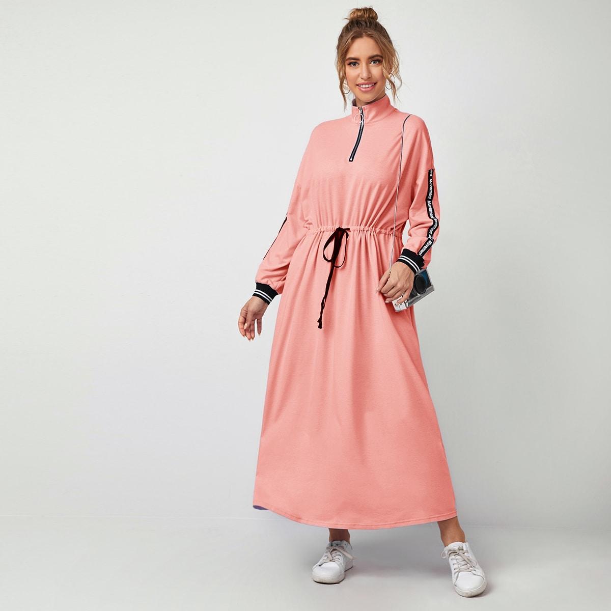 Платье с укороченной молнией и текстовой лентой