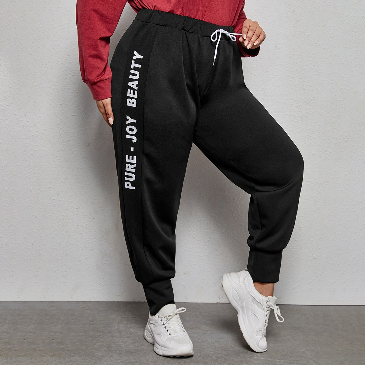 На кулиске буква спортивный брюки размер плюс
