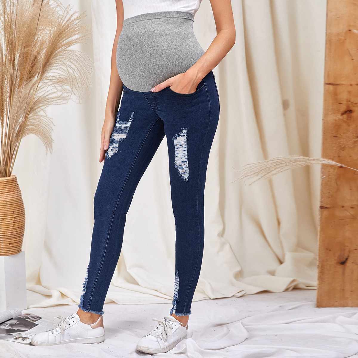 Рваные джинсы для беременных с карманом