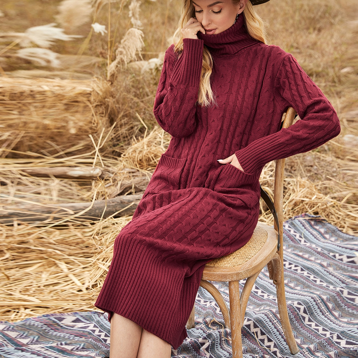Вязаное платье-свитер с карманом и высоким воротником