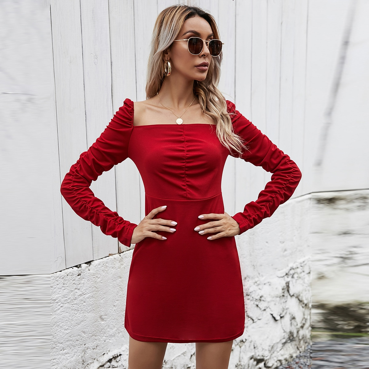 Платье с квадратным воротником