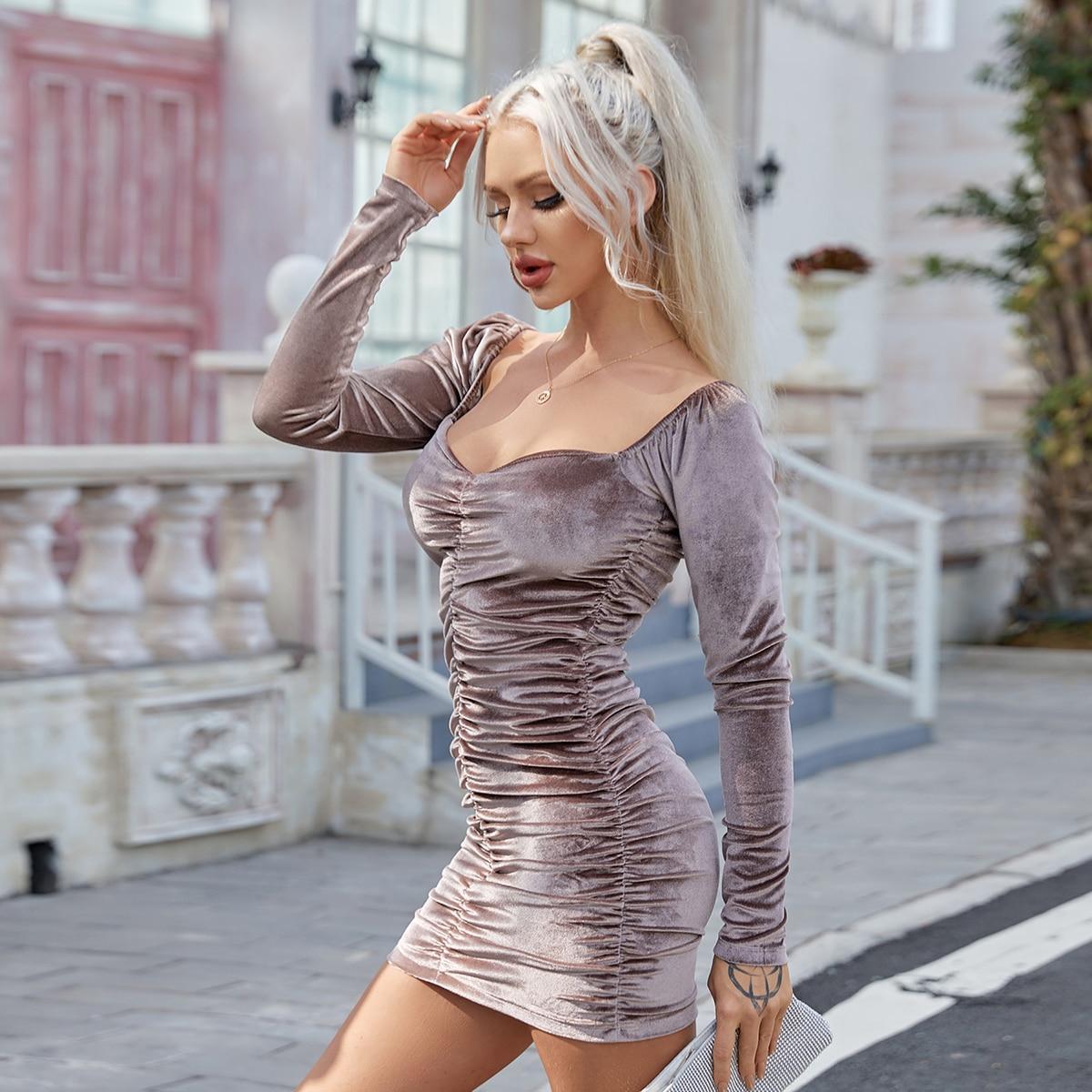 Бархатное облегающее платье со сборкой и воротником-сердечком