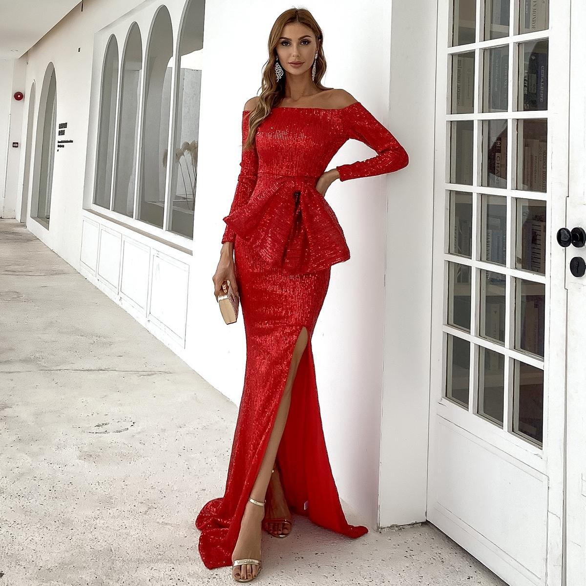 Платье с открытыми плечами и блестками