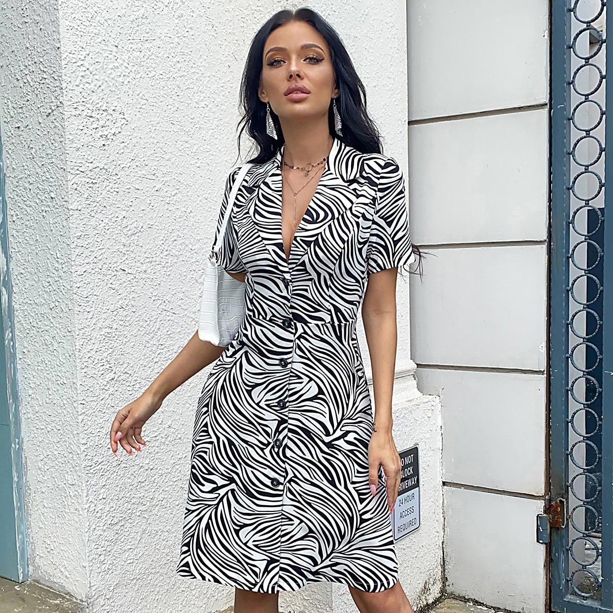 Платье с зебровым принтом и лацканами