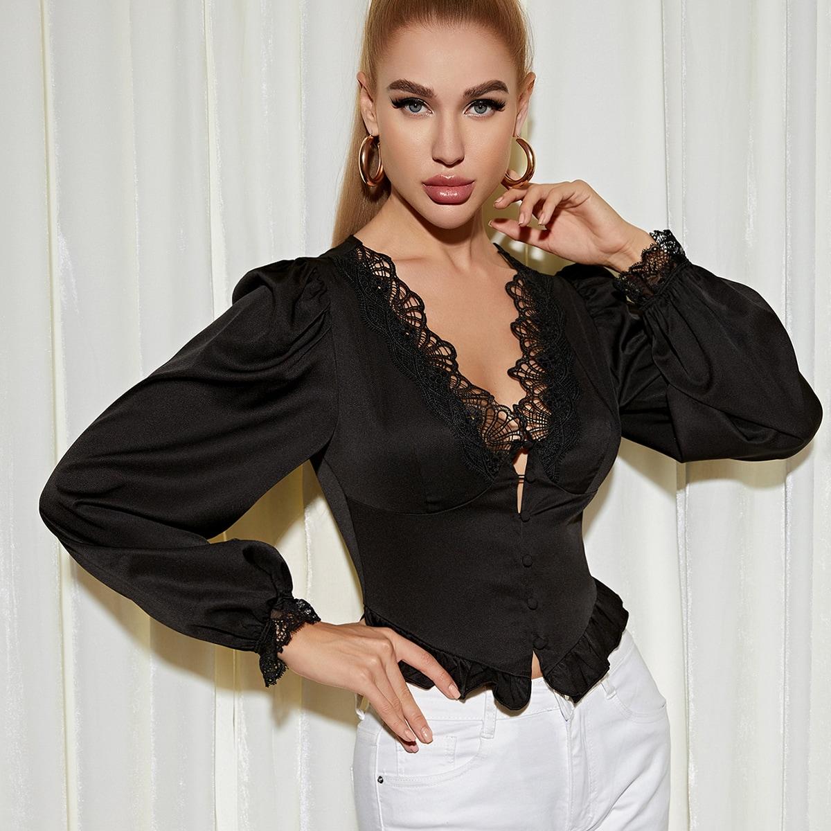 Атласная блузка с кружевной отделкой