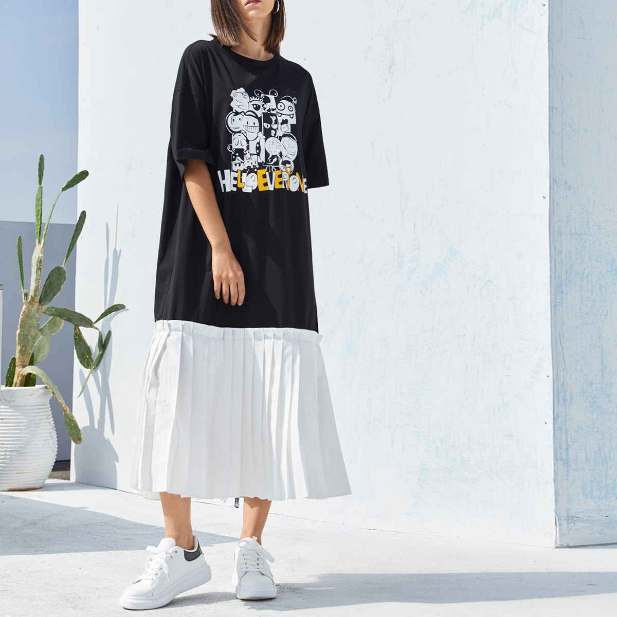 Платье-футболка с текстовым и мультипликационным принтом