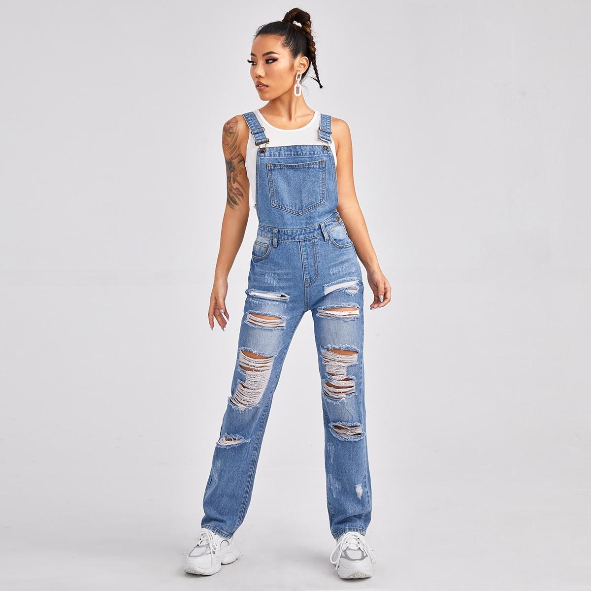 Рваный джинсовый комбинезон с карманами