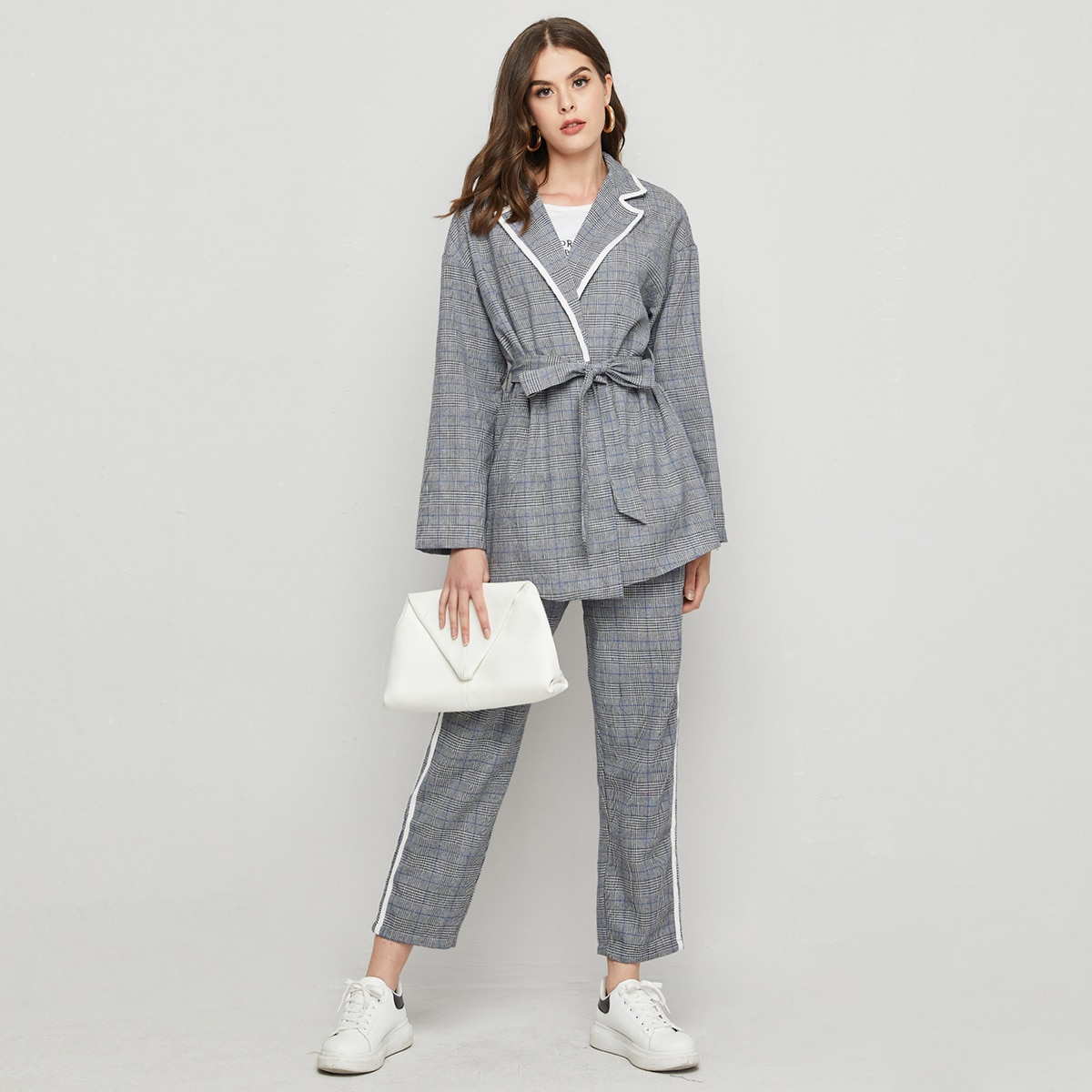 Пиджак с поясом и брюки с контрастной отделкой