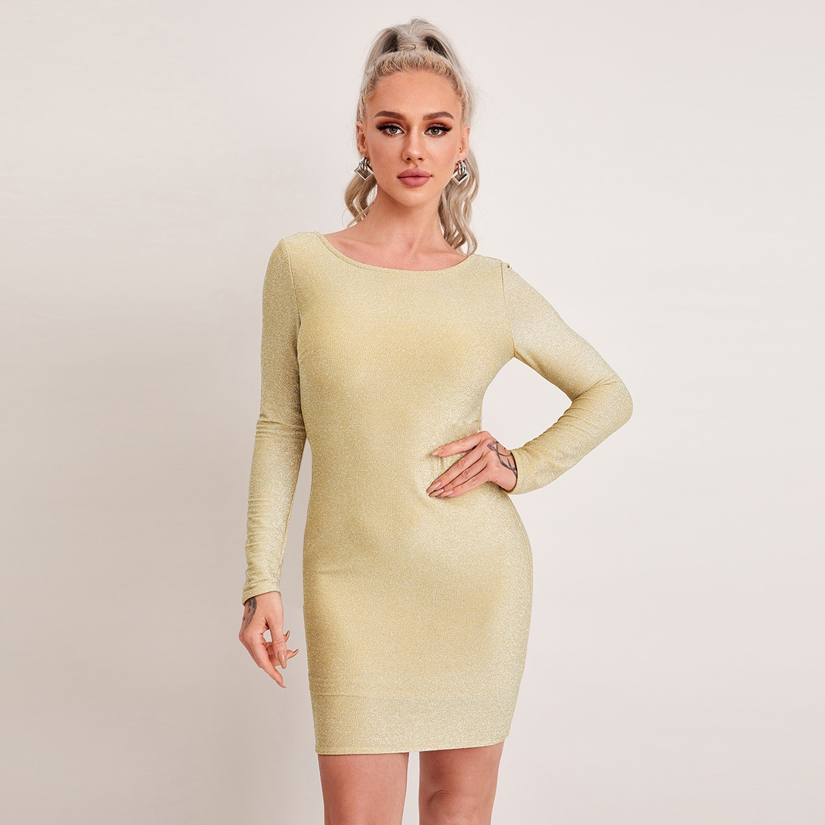 Блестящее облегающее платье с открытой спиной