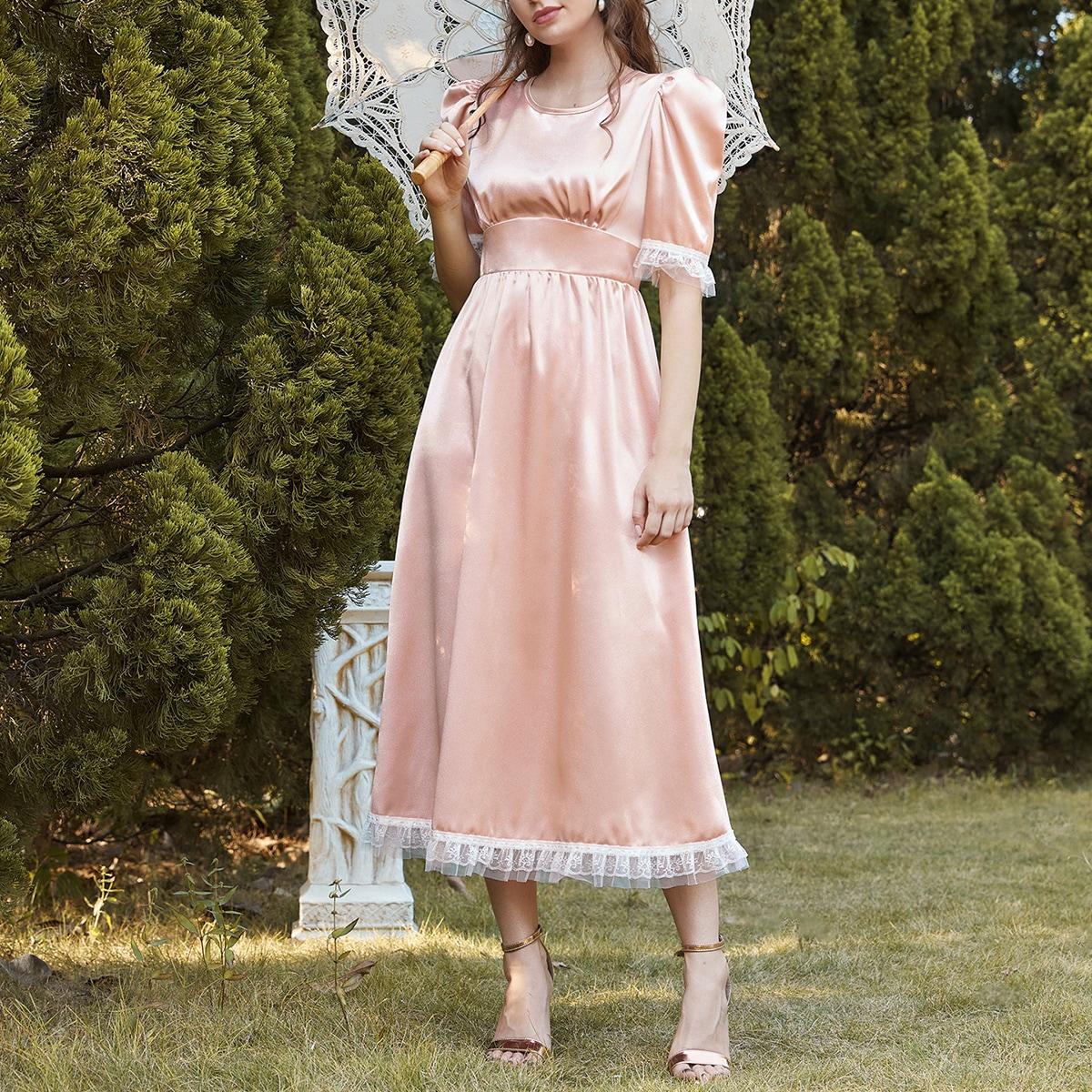 Атласное платье с кружевной отделкой