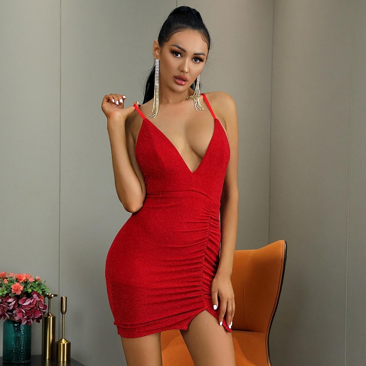 Блестящее облегающее платье со сборкой и открытой спиной