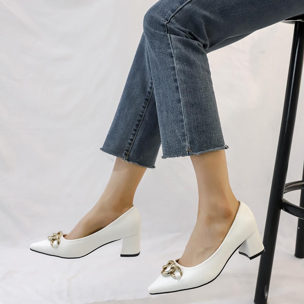 Туфли на среднем каблуке с цепочкой