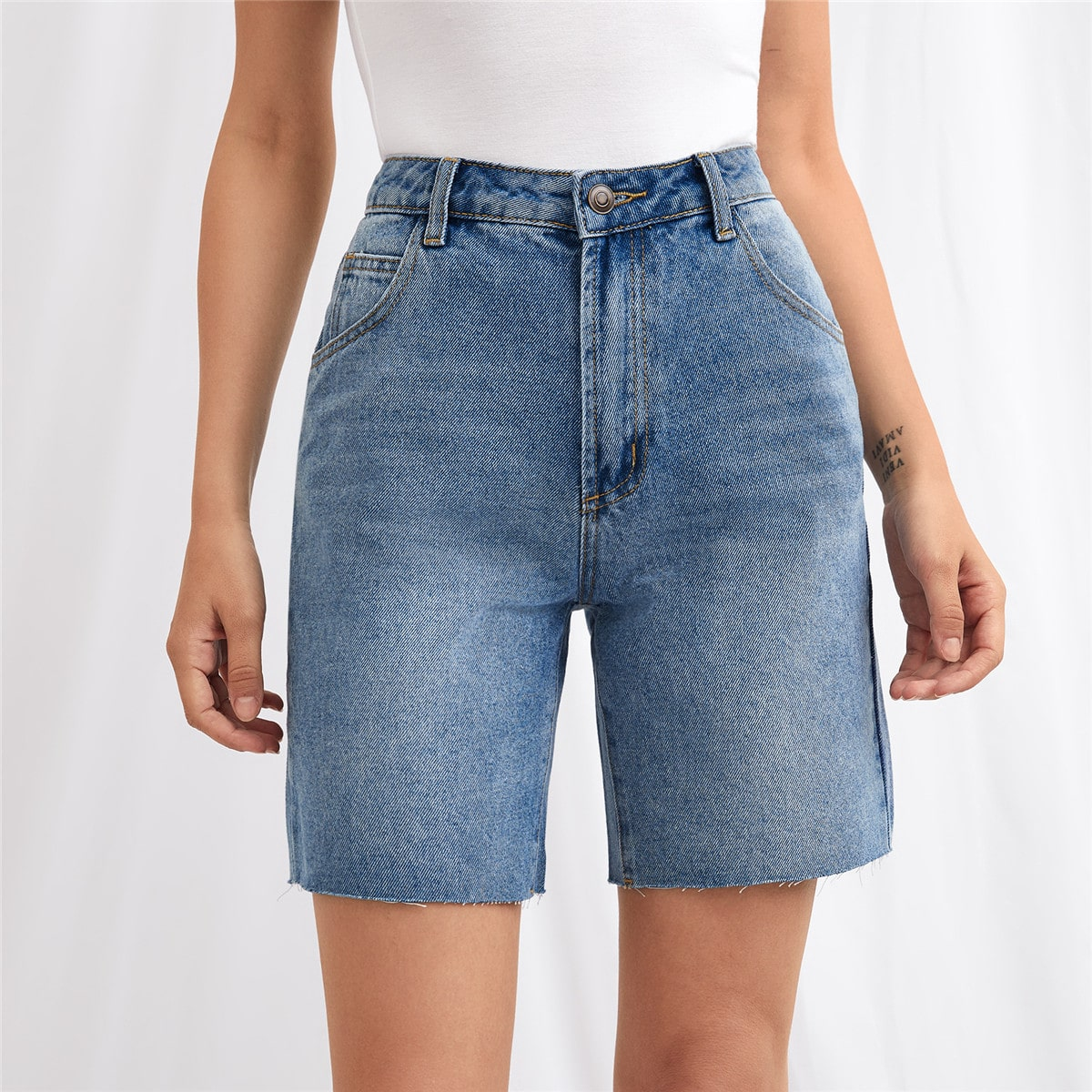 Джинсовые шорты с необработанным низом и высокой талией