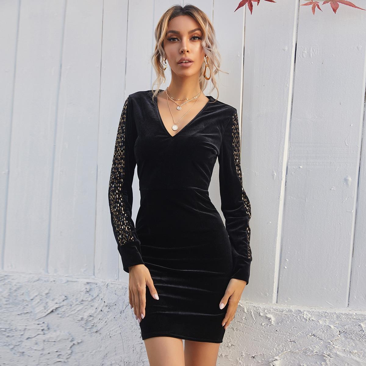 Бархатное платье с блестками и v-образным воротником