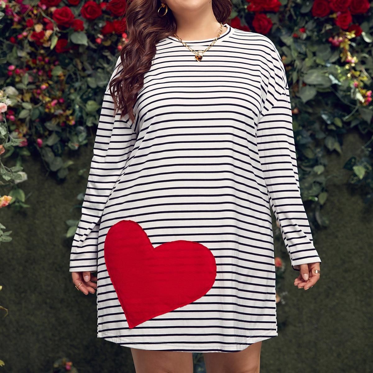 Платье-футболка размера плюс с принтом сердечка в полоску