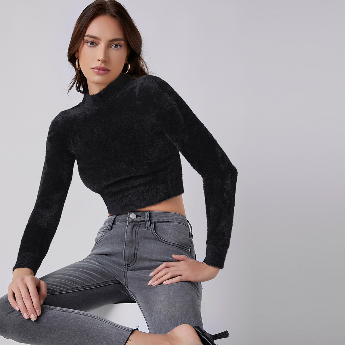 Плюшевый вязаный кроп свитер с воротником-стойкой