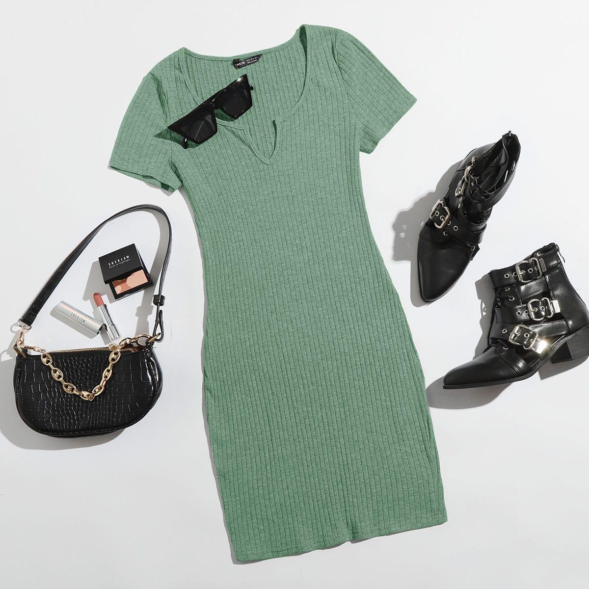 Однотонное вязаное платье размера плюс в рубчик