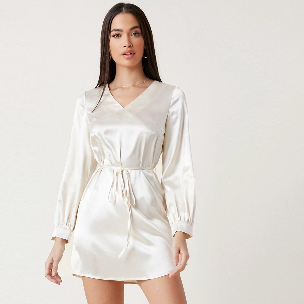 Атласное платье с v-образным воротником и поясом