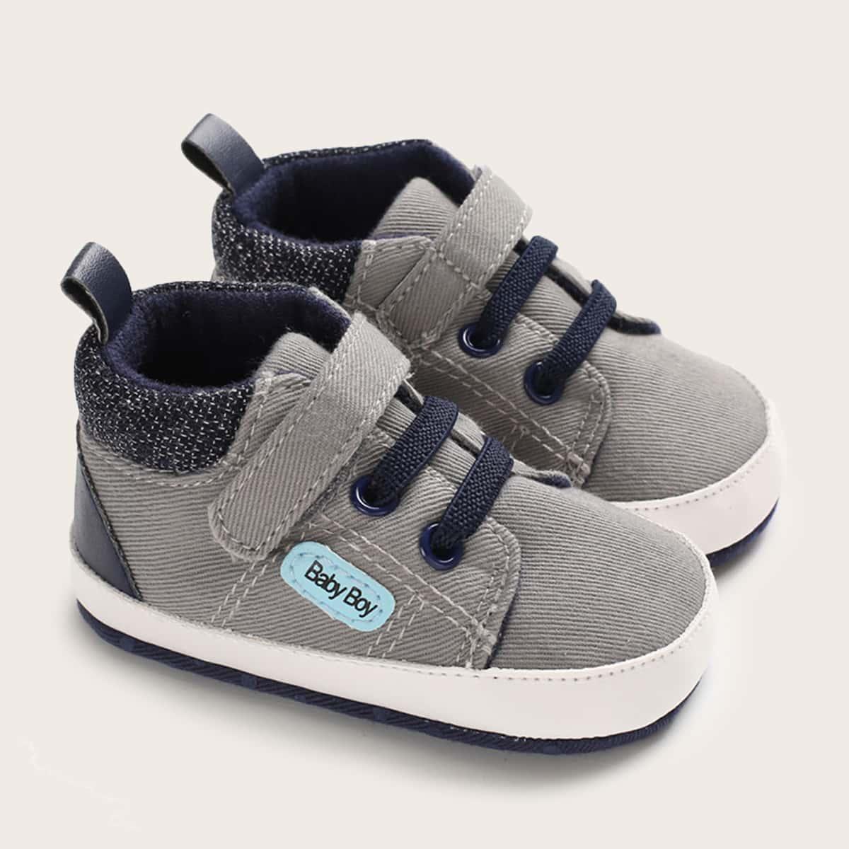 На шнурках буква кроссовки для малышей