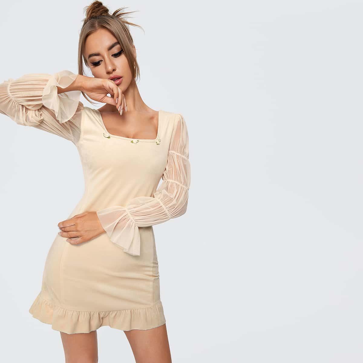 Бархатное облегающее платье с сетчатым рукавом